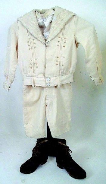 Bel ensemble marin en lainage ivoire compose de trois pièces, pour garçonnet 5 ans....