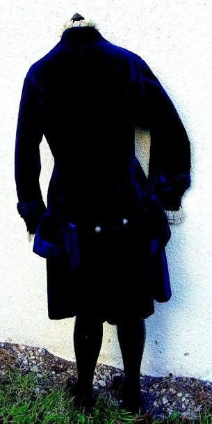 Redingote en velours bleu roi avec très beaux boutons en imitation de cloisonné,...