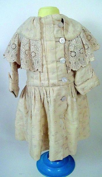 Grande robe d'enfant en lainage avec col bordé de dentelle. H 40 cm. (circa 1890)...