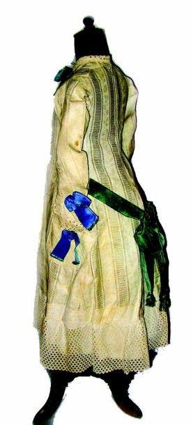 Robe blanche à manches longues en coton broché de feuilles et bouquets et ajouré...