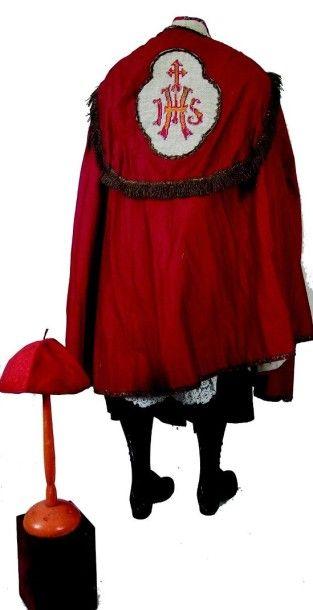 Très bel habillement de prêtre pour jeune enfant comprenant la soutane la chasuble...