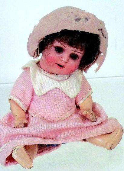 Petit bébé caractère allemand avec tête en...