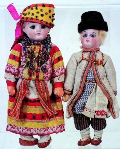 Couple de petites poupées de fabrication allemande avec tête en biscuit coulé avec...