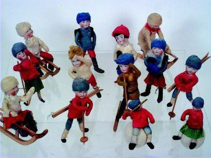 Ensemble de 11 petites poupées sur le thème...