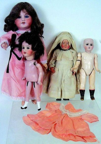 Ensemble de quatre poupées pour pièces: Un...