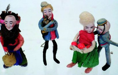 Ensemble de personnages avec têtes en biscuit...