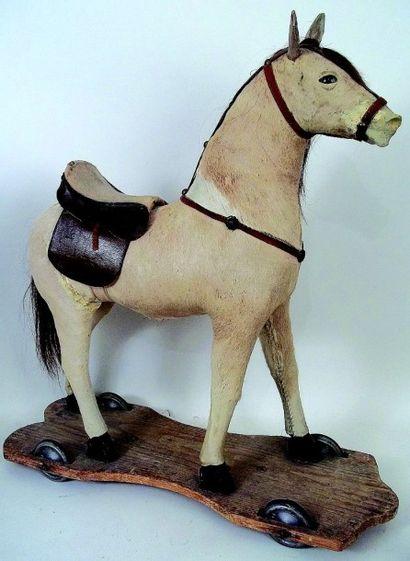 Cheval sur plateau en bois avec roulettes...