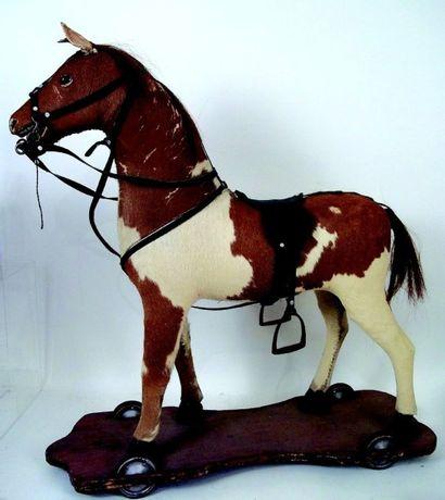 Grand cheval en bois recouvert de peau sur...