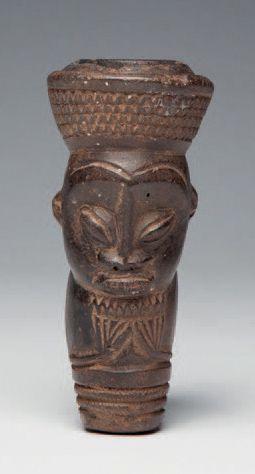 Bamiléké, Cameroun. Fourneau de pipe en terre-cuite...