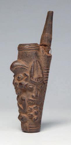 Bamiléké, Cameroun. Pipe en terre-cuite figurant...