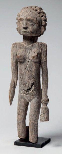 Mahafally, Madagascar. Statue féminine en...