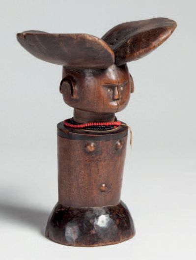 Kwéré, Tanzanie. Grande poupée en bois lourd...