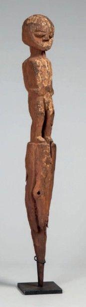 Fon, Bénin. Statue masculine gardien de maison...