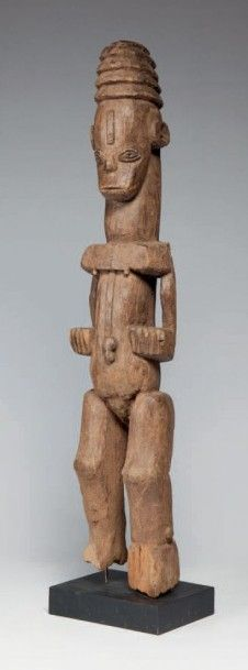 Ibo, Nigéria. Statue féminine, les bras collés...