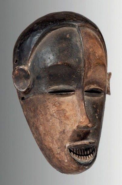 Idoma, Nigéria. Masque blanc et noir de sculpture très raffinée, l'arrête du nez...