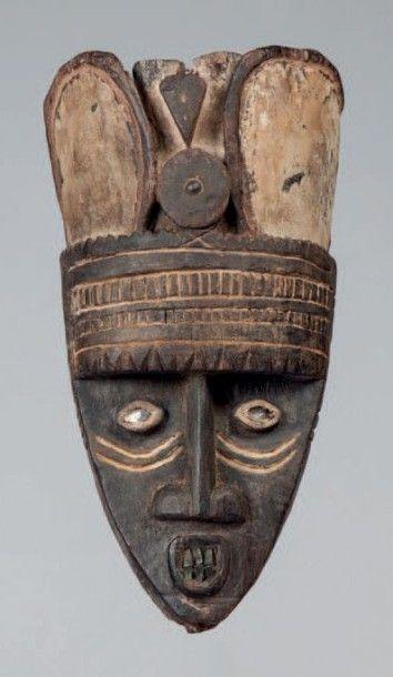 Andoni, Nigéria. Masque en bois lourd de...