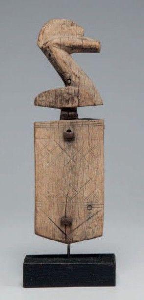 Dogon, Mali. Corps de serrure surmonté d'une...