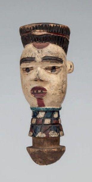 Kuyu, Congo. Tête à coiffe en chignon, visage...