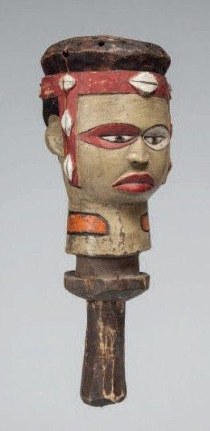 Kuyu, Congo. Petite tête de sculpture nerveuse...