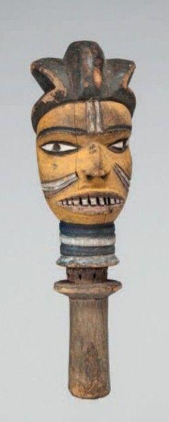 Kuyu, Congo. Tête à coiffe trilobée, bois...