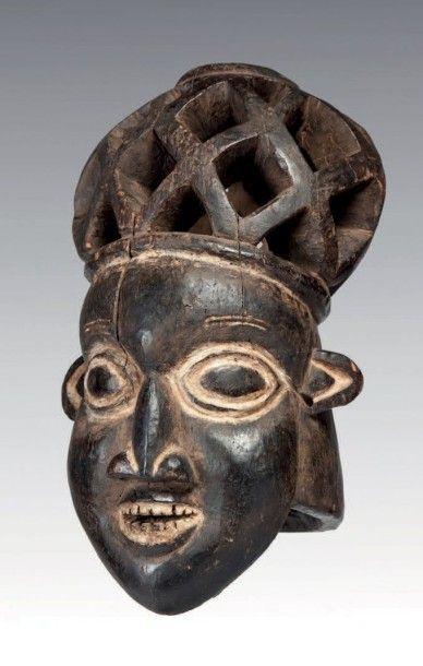 Bamiléké, Cameroun. Masque heaume à coiffe...