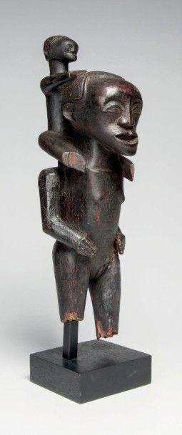Songé, RD. Congo. Rare statue féminine portant...