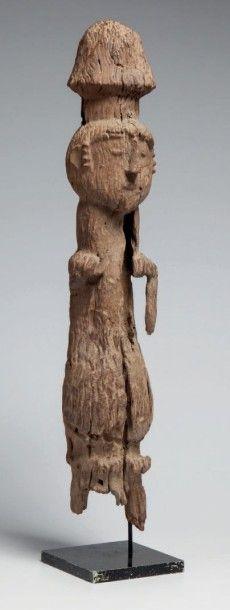 Oron, Nigeria. Statue en bois lourd, érodé,...