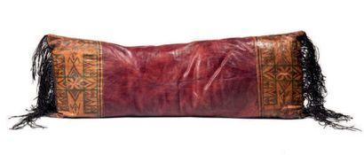 Touareg, Mali. Quatre coussins, oreillers en cuir de forme rectangulaire à décors...