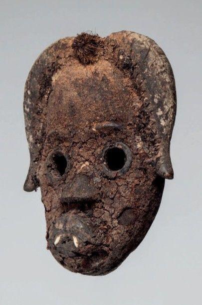Dan, Côte d'Ivoire. Masque à patine crouteuse...