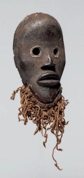 Dan, Côte d'Ivoire. Masque aux yeux ronds cerclés de métal et une barbe en fils...