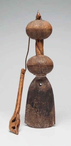 Baoulé, Côte d'Ivoire. Marteau à musique avec son gong, à poignée en bois torsadé....