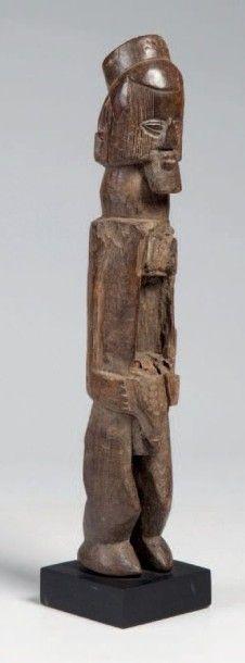 Téké, Congo. Statue masculine à visage scarifié...