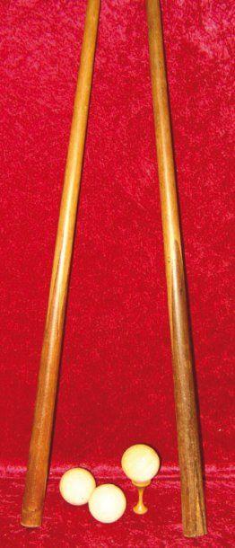 Paire de queues en bois avec manche marqueté...