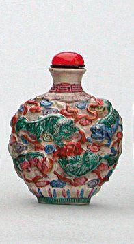TABATIÈRE en porcelaine moulée de 9 shishi...