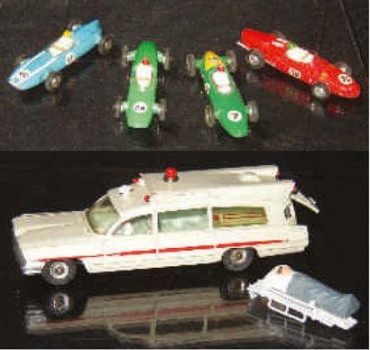Quatre voitures de courses DINKY TOYS (Cooper...