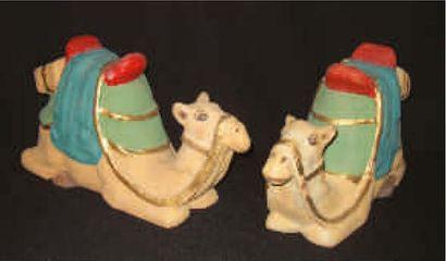 Deux chameaux couchés en papier mâché polychrome....