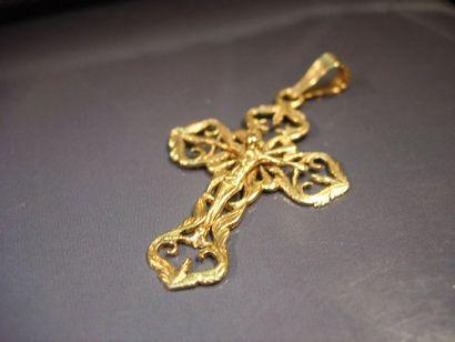 Croix en or jaune repercé. Vers 1900. Poids:...