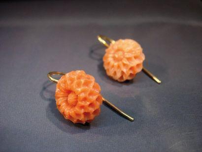 Paire de boucles oreilles fleurs en corail,...