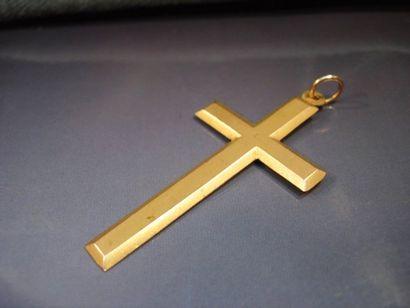 Croix en or jaune lisse vers 1900. Poids:...