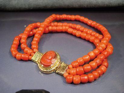 Bracelet trois rangs de perles de corail...