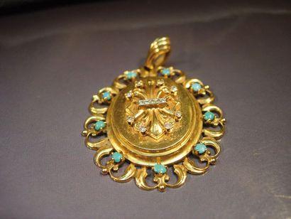 Pendentif ovale en or jaune serti de turquoises...