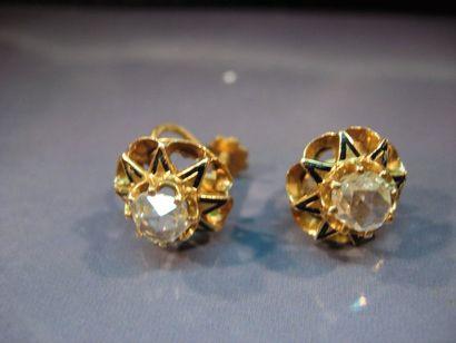 Paire de boucles d'oreilles fleurs en or...