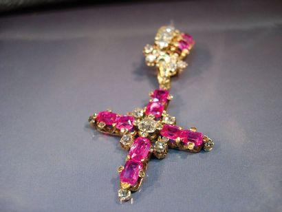 Broche en or retenant une croix en or sertie...