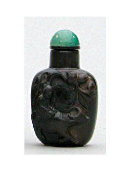 TABATIÈRE en néphrite de couleur brun sombre...