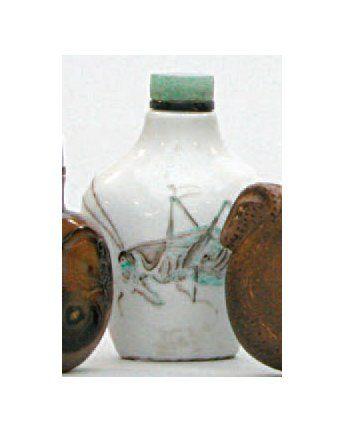 TABATIÈRE en porcelaine décorée en émaux...