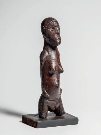 BEMBE, Congo. Statuette féminine à profonde...