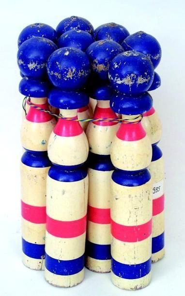Grand jeu de quilles ancien en bois polychrome....