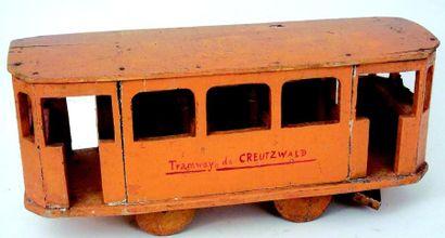 Tramway en bois de couleur orange marqué...