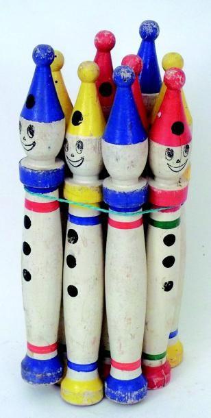 Jeu de quilles ancien bois en forme de clowns....