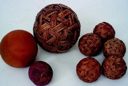 Ensemble de six originales boules en osier...